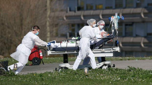 Медицинские работники везут пациента с коронавирусной инфекцией в городе Мюлуз, Франция - РИА Новости, 1920, 13.09.2020