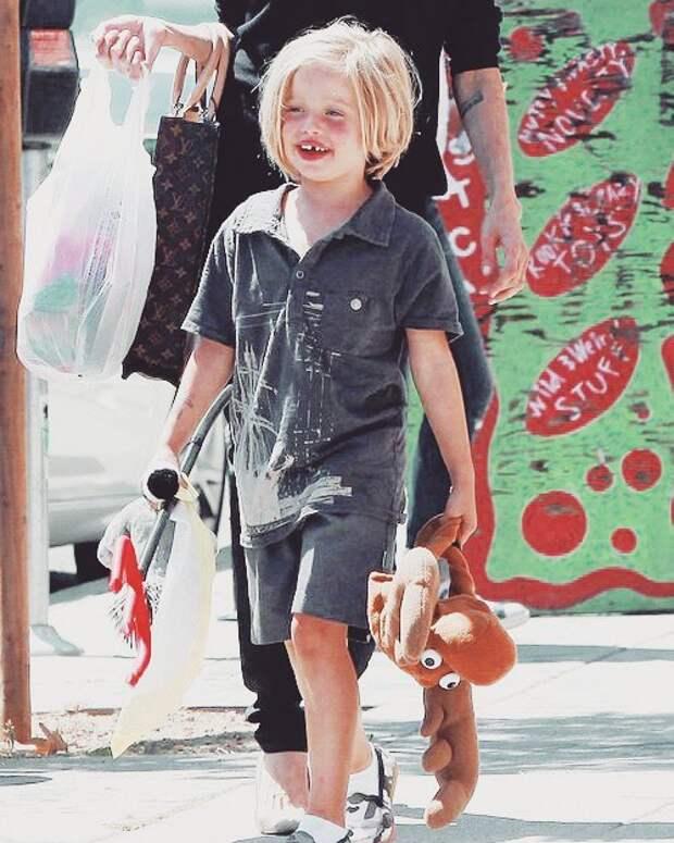 6 интересных фактов о дочке Джоли и Питта, которая официально стала мальчиком