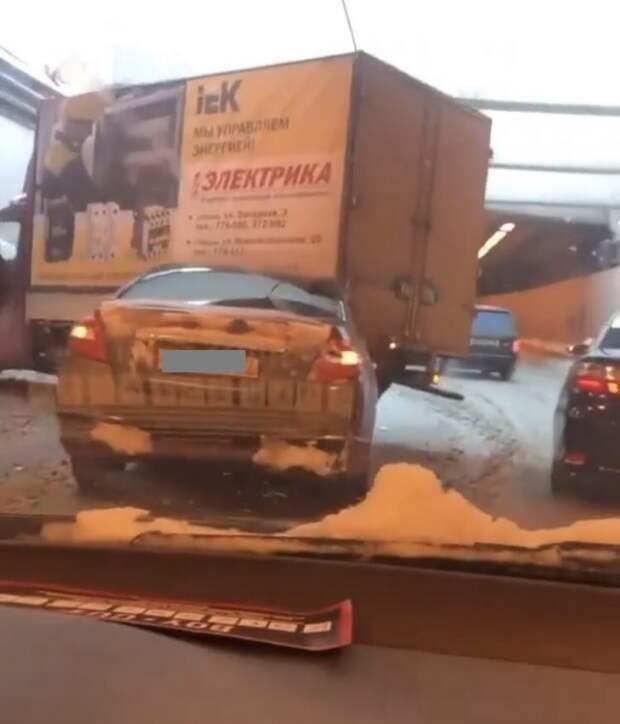 Легковушка влетела под грузовик в Алябяно-Балтийском тоннеле