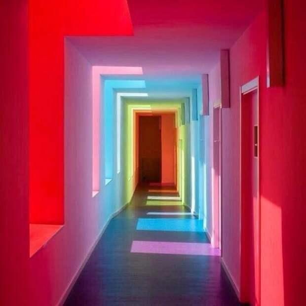 Белый коридор, цветные стёкла окон