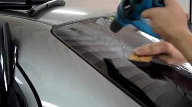 Под воздействием теплого воздуха пленка размягчается и ей можно придать нужную форму. | Фото: youtube.com.