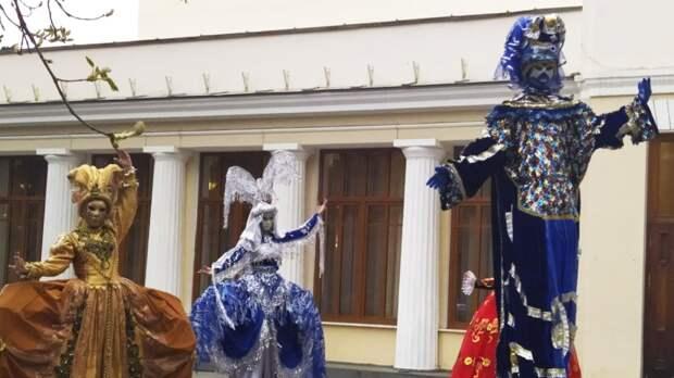 Яркие костюмы и невероятные эмоции: в Ялте открылся фестиваль театрального искусства