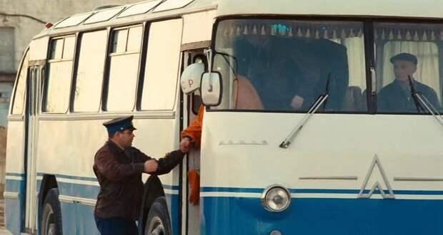 Кадр из фильма ''Гагарин. Первый в космосе'' — страшная реплика ''гагаринского'' ЛАЗа на базе ЛАЗ-695Н ЛАЗ, авто, автобус, автомир, гагарин, космодром, лаз-695б, юрий гагарин