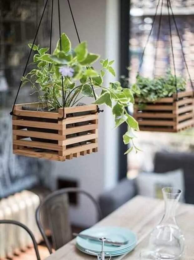 Подвесные кашпо из деревянных палочек смогут послужить украшением для террасы.