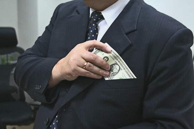 Высокопоставленный руководитель МВД в Крыму получил взятку 100 тысяч долларов