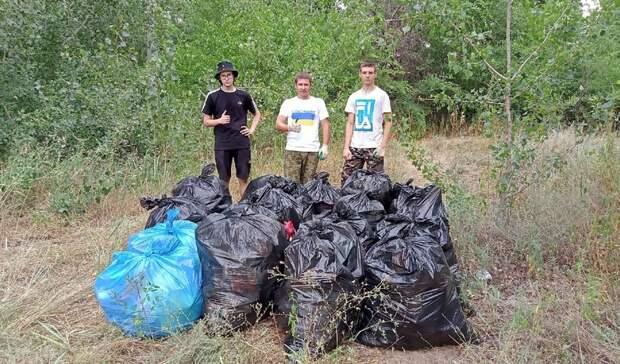 Чтобы пляж не был свалкой: волгоградец собрал и вывез с берега Волги 15 мешков мусора