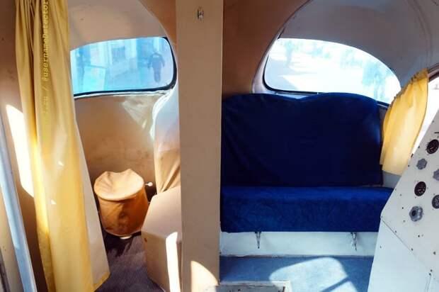 Половина заднего дивана, оставшаяся от серийной машины, и гальюн в заднем свесе ЛАЗа ЛАЗ, авто, автобус, автомир, гагарин, космодром, лаз-695б, юрий гагарин