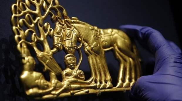 Аксёнов назвал рейдерским захватом передачу скифского золота Украине