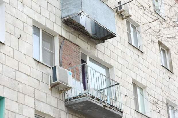 Балкон с пожилой женщиной рухнул в жилом доме Волгограда