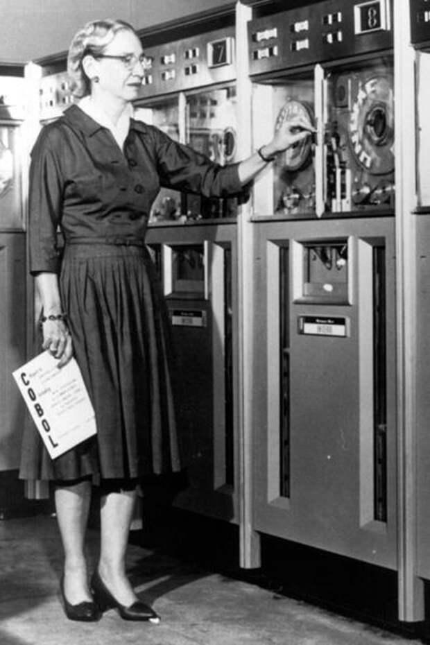 Американский компьютерный ученый и военный деятель Грейс Хоппер (Grace Hopper), участвовавшая в создании первого в США компьютера Марк I, в 1950-х разработала первый в истории компилятор. Он предназначался для языка программирования COBOL.