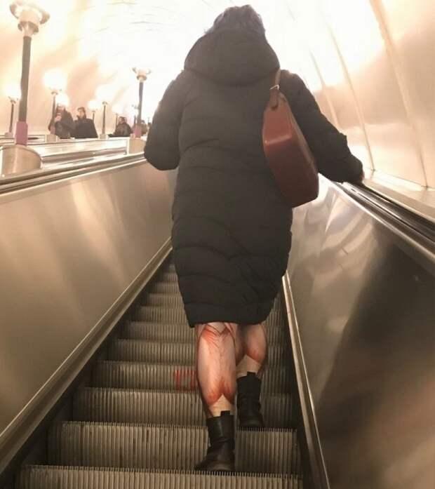 женщина в странных легинсах