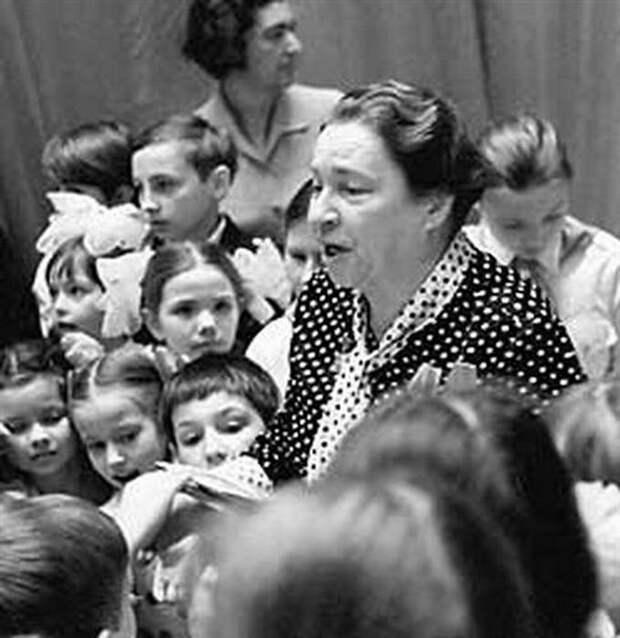 Агния Барто со школьниками.