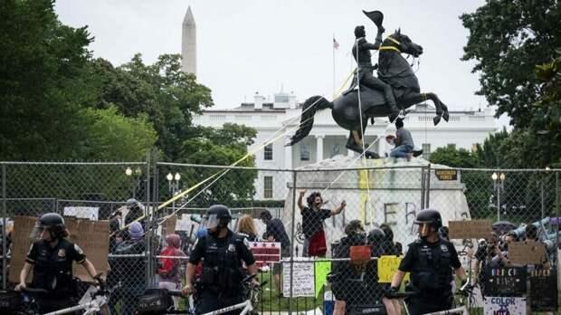 Попытки на днях свергнуть памятник Эндрю Джексону прямо перед Белым домом в столице США.