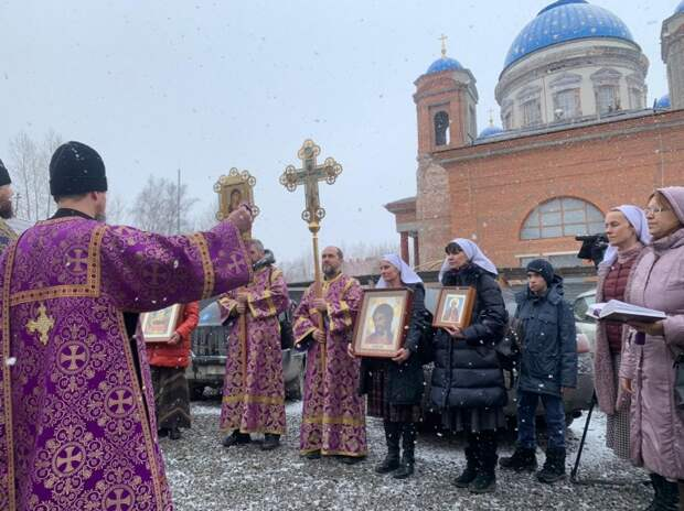 По данным епархии, в крестный ход отправились 49 человек