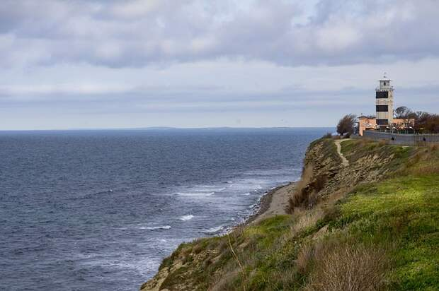 lighthouse-1319560_640.jpg