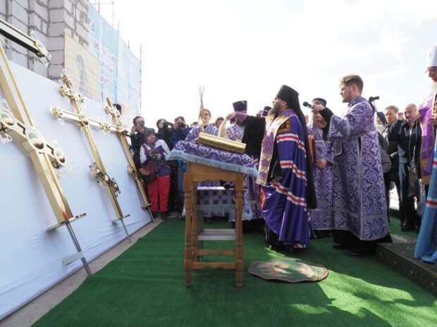 Строящийся на Бажова храм увенчали крестами