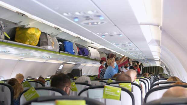 Пассажиры в защитных маска на борту самолета - РИА Новости, 1920, 08.09.2020