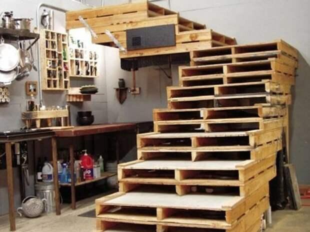 14. Даже лестницу соорудить можно. А один мужчина собрал целый сарай из поддонов дизайн дома, идеи для дома, интересно, интерьер, мастер на все руки, полезно, своими руками