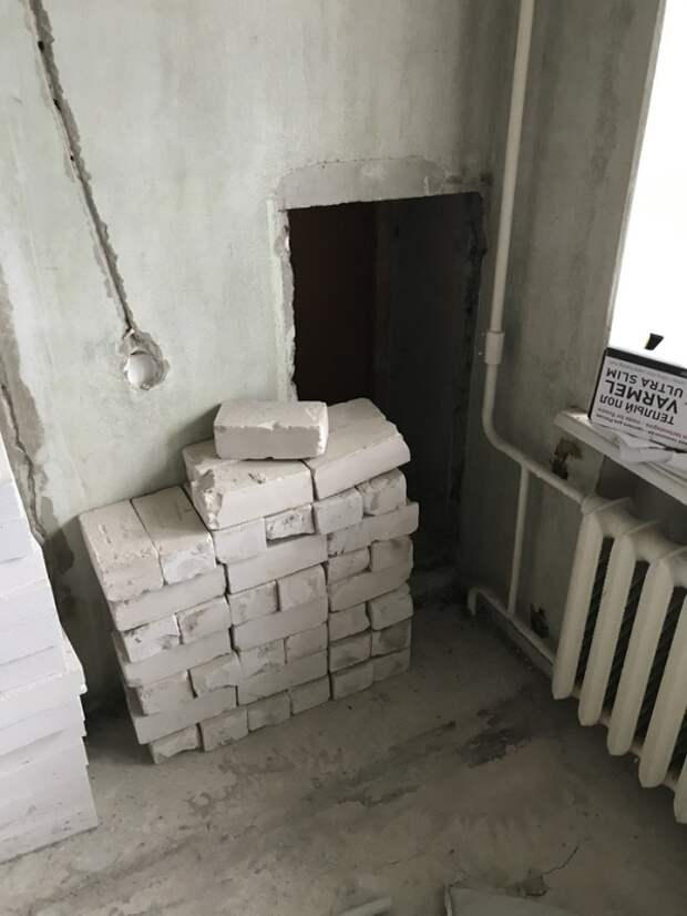 Странная дверь в стене обычной многоэтажки (3 фото)
