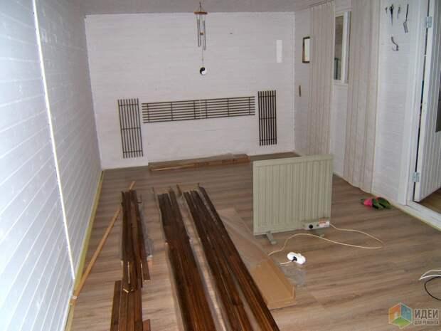 Не расстраивайтесь, если зазор между ламинатом и стеной больше стандартного 1,5см. Я нашла выход!!! Рейка с закругленными краями крепится плашмя по периметру, а потом обычный деревянный плинтус.