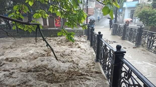 Потоки ливневой воды в Ялте сносят людей на улицах