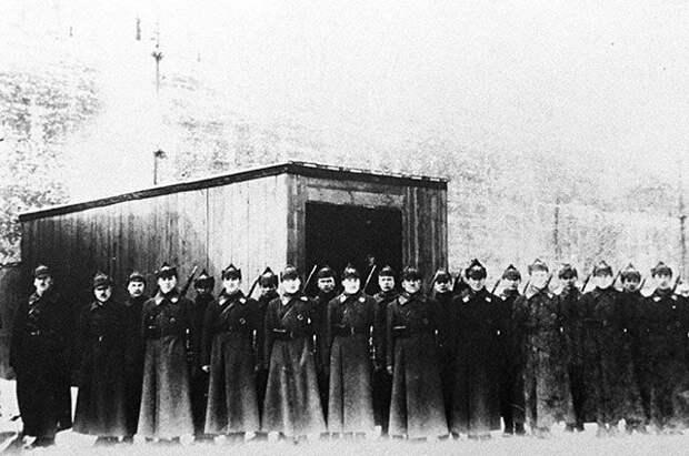 Почетный караул от I-ой объединенной школы имени ЦИК СССР, сопровождавший в траурной процессии тело Ленина от Дома союзов на Красную площадь, 1924 год.
