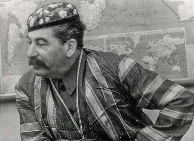 Сталин в узбекском халате и тюбетейке, 1930-е
