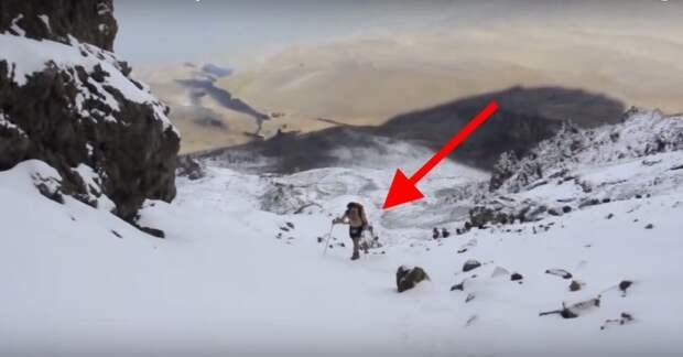 Когда туристы заметили в горах голого мужчину, то не поверили своим глазам...