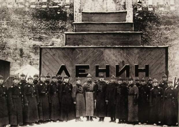 Караул 1-й Советской объединённой военной школы РККА имени ВЦИК у временного мавзолея. 1924 год.