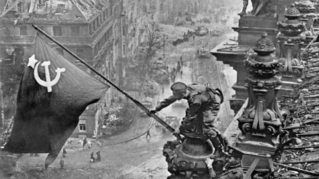 """Кем был человек, снявший """"Знамя Победы над Берлином"""""""