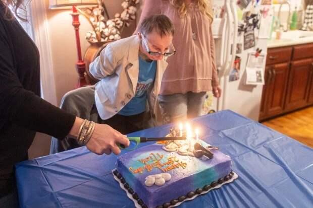 Один из самых маленьких людей на планете отпраздновал день рождения с младшим двухметровым братом