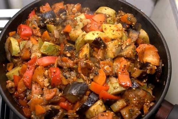 Соте из баклажанов и сезонных овощей