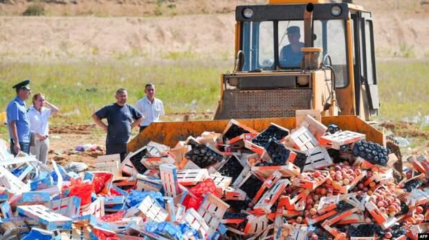 """Уничтожение """"санкционных"""" продуктов (архивное фото)"""