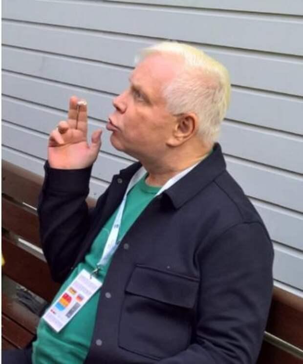 Моисеев обругал матом пытающихся взять интервью журналистов