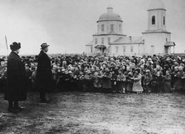 Почему русские крестьяне стоят на коленях перед американцами? История фотографии