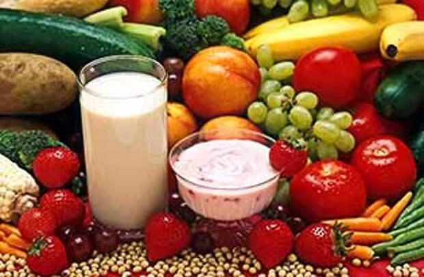 Свежие фрукты, овощи вместе с йогуртом и молоком
