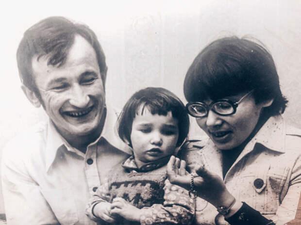 Анфиса Чехова в детстве с родителями. / Фото: www.letidor.ru