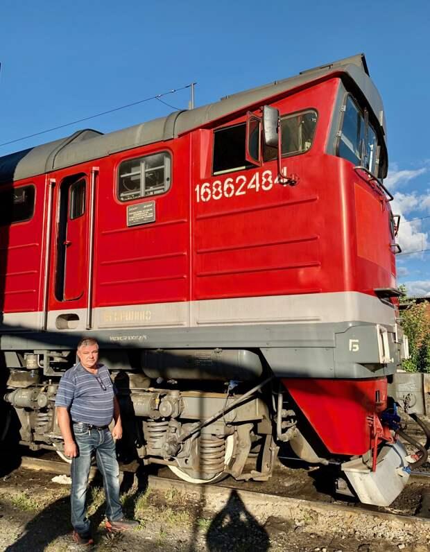 В лоб его пассажирскому поезду летел товарняк - на решение оставались секунды...