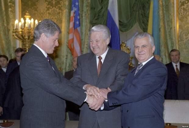 Билл Клинтон, Борис Ельцин и Леонид Кравчук после церемонии подписания Будапештского меморандума. Будапешт. Венгрия. 5 декабря 1994 года.