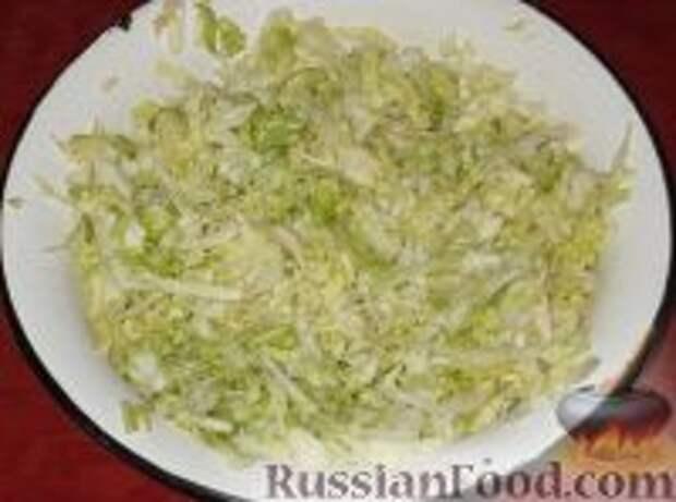 Фото приготовления рецепта: Салат из свежей капусты с огурцами - шаг №4
