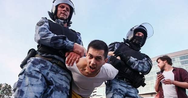 Право бить и пинать полицейских не записано в Конституции