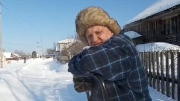 Инвалиду приходится самому убирать снег с улиц в поселке Уралец. Чиновники молчат