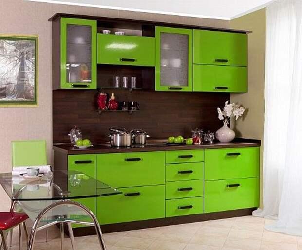 Лаймовый гарнитур с шоколадным фартуком делают дизайн мебели интригующим