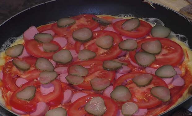 Ленивая пицца на обычной сковороде: испекли за 15 минут