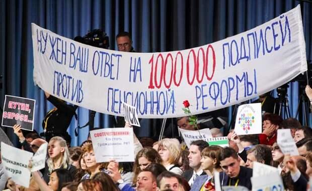 На фото: во время большой ежегодной пресс-конференции президента РФ Владимира Путина в Центре международной торговли на Красной Пресне