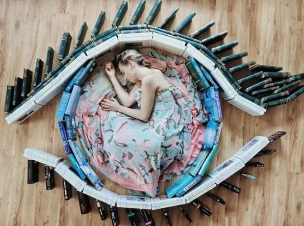 Книги, как искусство: девушка выкладывает из своей библиотеки красочные инсталляции