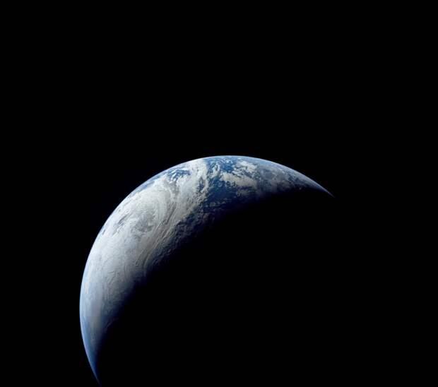 1967. «Аполлон-4» (англ. Apollo). Один из первых красивых снимков Земли, выполненных американцами из космоса.