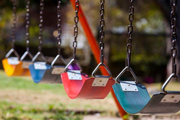 На детской площадке на Пестеля починили качели – «Жилищник»