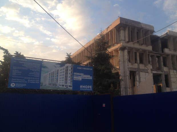 Севастопольский гуманитарный университет построил место для «курилки», а на библиотеку не хватило денег?