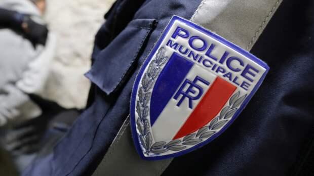 Неизвестный напал с ножом на сотрудницу полиции в пригороде Парижа